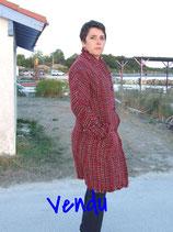 Manteau laine en tissage creux rouge marron beige et fils lurex