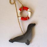 Seehund mit Rettungsring