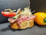 Roastbeef auf einem Rucola-Tomaten Dip