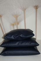 Kussenhoes van kunstleer. makkelijk in onderhoud! Met rits! Levering momenteel in donkerblauw en zwart