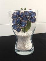 Vase mit Orchideen blau-rot