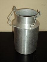 Alte Milchkanne aus Aluminium ohne Deckel