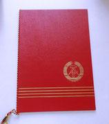 Urkunde mit Mappe und Orden