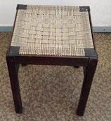Alter Hocker mit geflochtener Sitzfläche