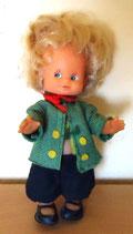 Kleine Puppe mit grüner Jacke