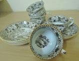 4 schöne Tassen mit passenden Tellern