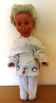 Puppe mit blonden kurzen Haaren und Schlafaugen