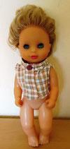 Puppe mit blonden kurzen Haaren - Schlafaugen und Plastikkörper