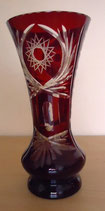 Kristallvase in Rot mit dekorativen Schliff