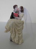 Brautpaar in den Armend küssend
