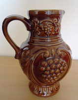 Krug aus Steingut in Braun – Weinrankendekor – DDR