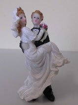 Braut in den Armen vom Bräutigam