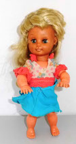 Kleine Puppe mit langen, blonden Haaren