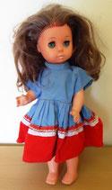Puppe mit langen braunen Haaren und Schlafaugen