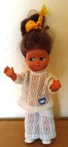 Kleine niedliche Puppe in einem Spitzenanzug