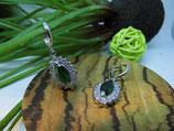 Edle Ohrhänger mit funkelndem grünen Kristall
