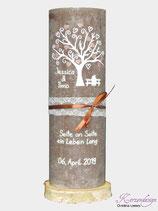 Hochzeitskerze Rustik Taupe mit Baum, Brautpaar und Trauspruch
