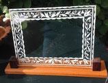 fotolijst van beschilderd glas in houten standaard.