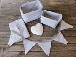 2 Stoffkörbchen, 10er Wimpelkette & Feuchttuchhülle grau-weiß Sterne