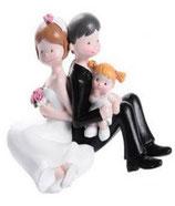 Sposi seduti con bimba