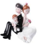 Sposi seduti con bimbo