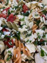 Pastasalade met zongedroogde tomaatjes, rucola en parmesaan