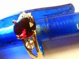 rubinfarbener granat mit mit 2 kleinen weissen brillianten  in gelbgoldfassung