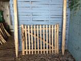 1 m hohes und 1,20  m breites Tor aus Kastanienholz,  fertig montiert  mit 180 cm langen Setzpfosten rechts aufgehängt
