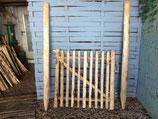 1 m  hohes und 1 m breites Tor aus Kastanienholz,  fertig montiert  mit 180 cm langen Setzpfosten rechts aufgehängt