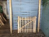 90 cm hohes und 1 m breites Tor aus Kastanienholz, fertig montiert mit 180 cm langen  Setzpfosten, links aufgehängt