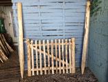 90 cm hohes und 120cm breites Tor aus Kastanienholz,  fertig montiert  mit 180 cm langen Setzpfosten, rechts aufgehängt