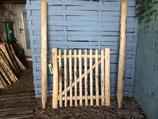 1 m hohes und 1 m  breites Tor aus Kastanienholz,  fertig montiert  mit 180 cm langen Setzpfosten,  links aufgehängt