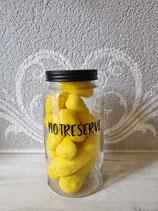Glas Notreserve gefüllt mit leckeren Marshmallow-Bananen