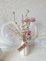 Vase mit Kunstblume und der Botschaft