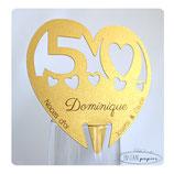 """Marque-place personnalisé pour """"Noces d'Or"""" : Forme coeur sur papier doré avec impression des prénoms de chaque invité"""