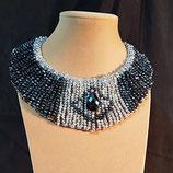 Collier, ras de cou, cristal hématite, cristal transparent et argenté.