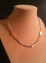 Collier fin en cristal rose, perle de culture d'eau douce et cornaline.