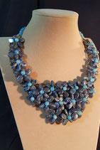 Collier court, plastron, pierre naturelle bleu marine.