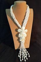 Sautoir en perle de culture d'eau douce, cristal et fleurs de nacre.