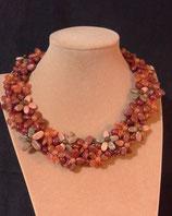 Collier, court, ras de cou, petites fleurs en pierres naturelles orangé,