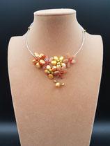 Collier, collier court, ras de cou, femme, pierres naturelles et perle de culture d'eau douce dorée.
