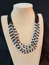 Collier multi-rangs en perle de culture d'eau douce grise et cristal noir.