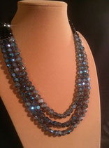 Collier mi-long 3 rangs cristal bleu marine.