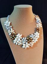 Collier court, collier semi-plastron, plastron perle de culture d'eau douce.