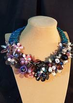 Collier original,plastron, ras de cou, cristal bleu pétrole et multicolore.