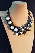 Collier court, collier semi-plastron, plastron, perle de culture d'eau douce et cristal noir.