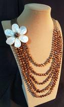Sautoir, collier long, perle de culture d'eau douce dorée et fleur de nacre.