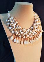 Collier court, collier semi-plastron, plastron perle de culture d'eau douce dorée et cristal.