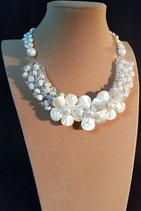 Collier court, collier semi-plastron, perle de culture d'eau douce et fleurs de nacre.