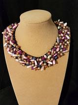 Collier court, plastron, nacre rose, perle de nacre dorée, cristal, lapis lazuli.